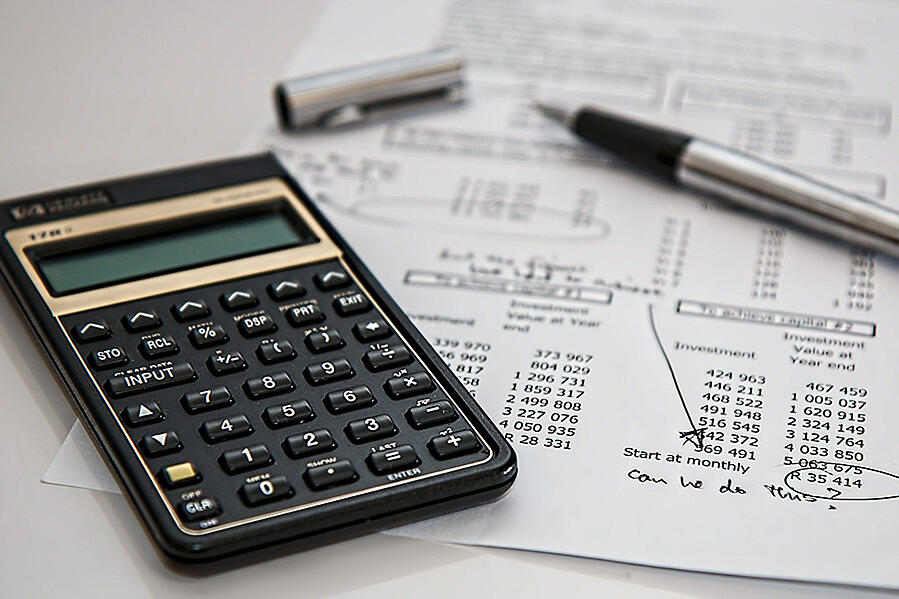 et-21-calculator-taxes-financing-numbers-stock-photography